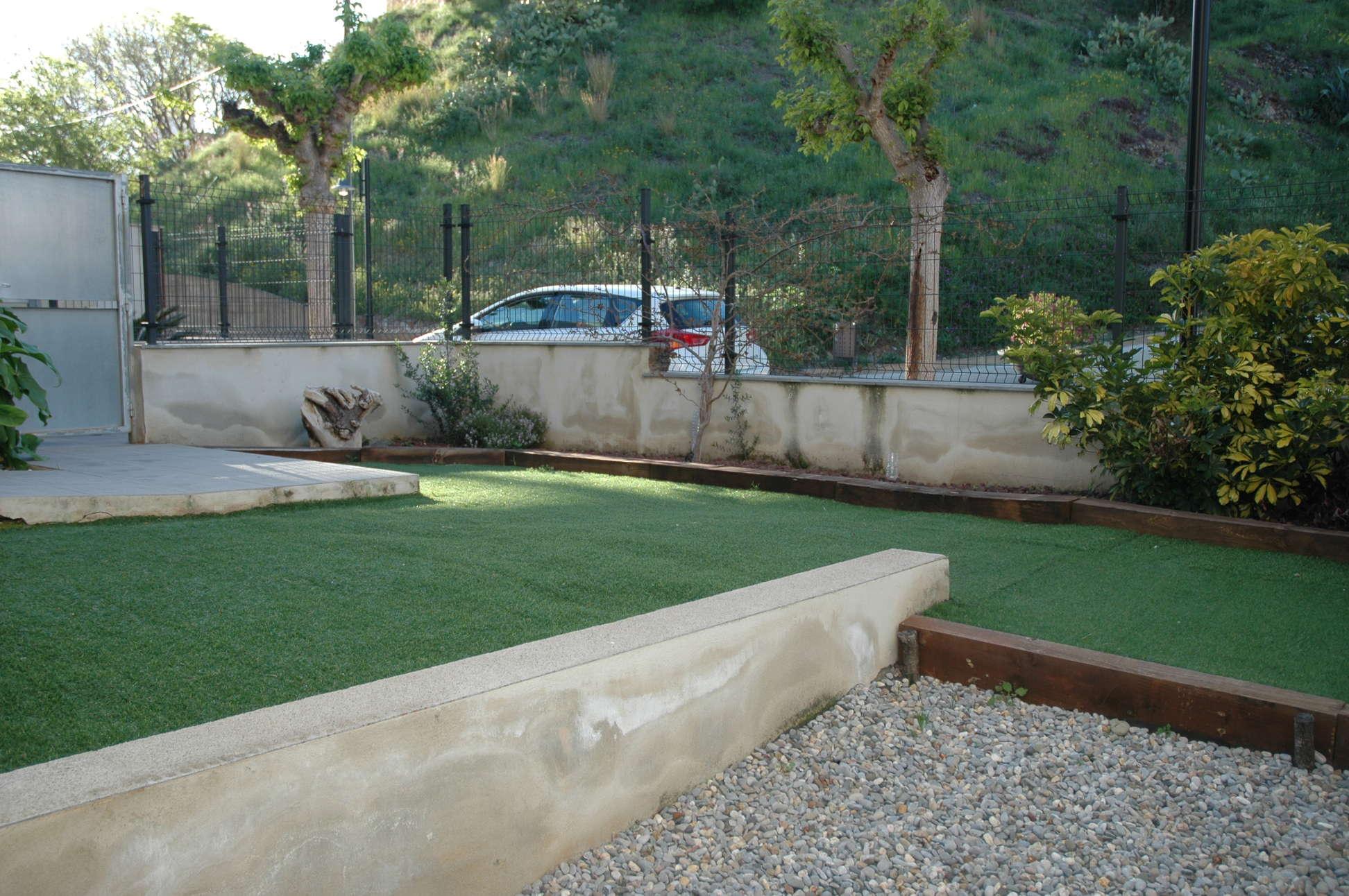 Alquiler tur stico planta baja con piscina patio for Piscina jardin girona